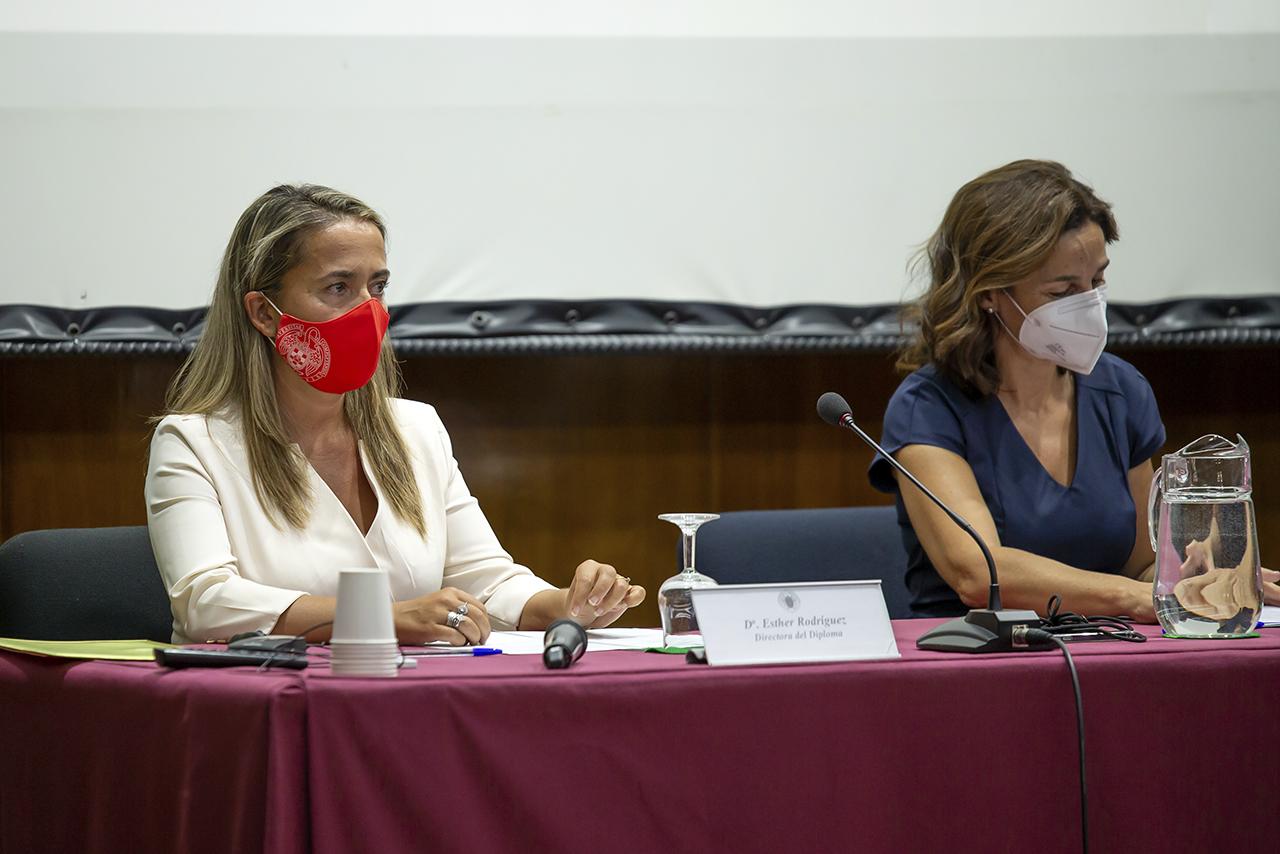 La directora del Diploma por parte de la Complutense, Esther Rodríguez Quintana, y Consuelo Serres Dalmau, decana de Veterinaria