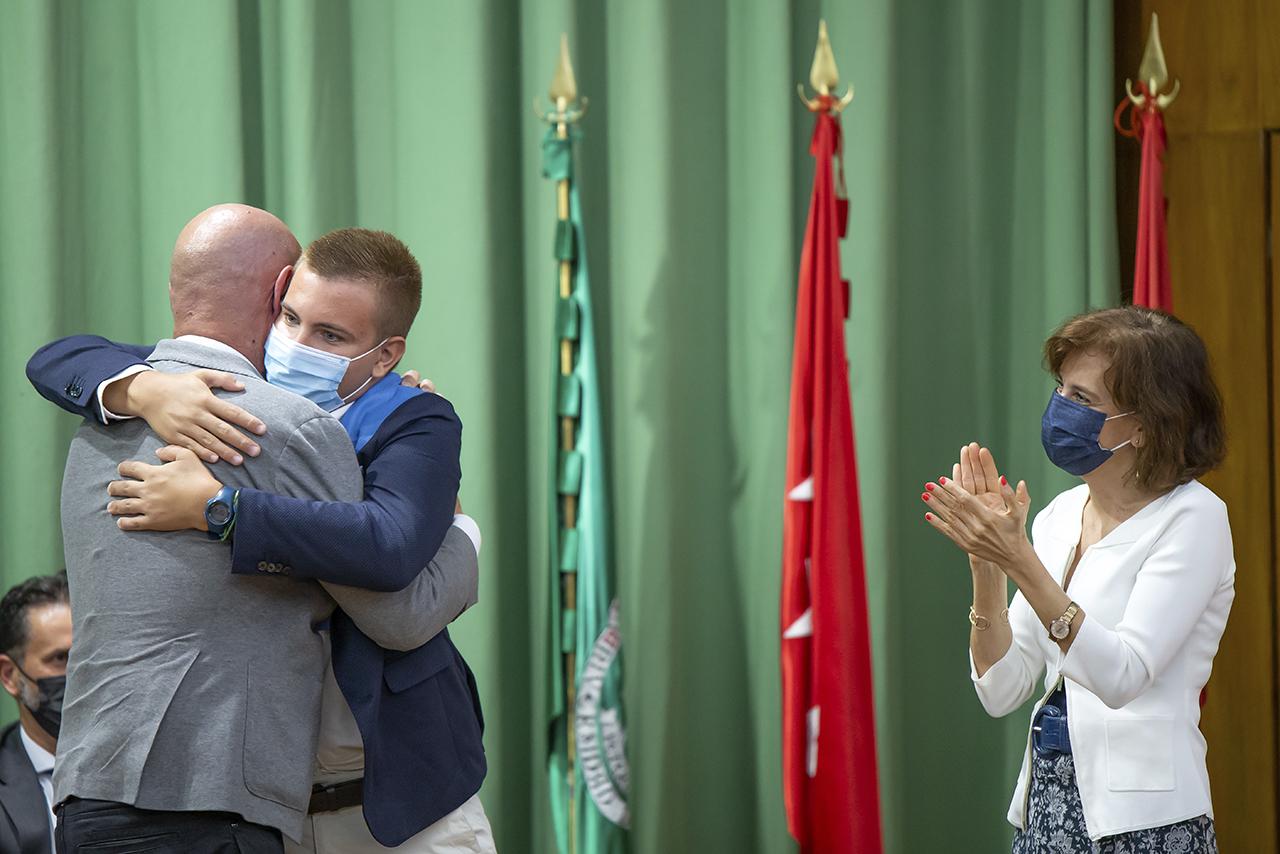 Uno de los nuevos graduados abraza efusivamente al rector Joaquín Goyache