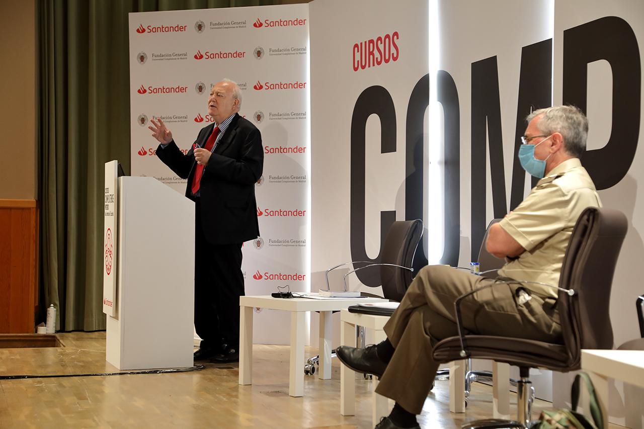 Miguel Ángel Moratinos durante su intervención en los Cursos de Verano