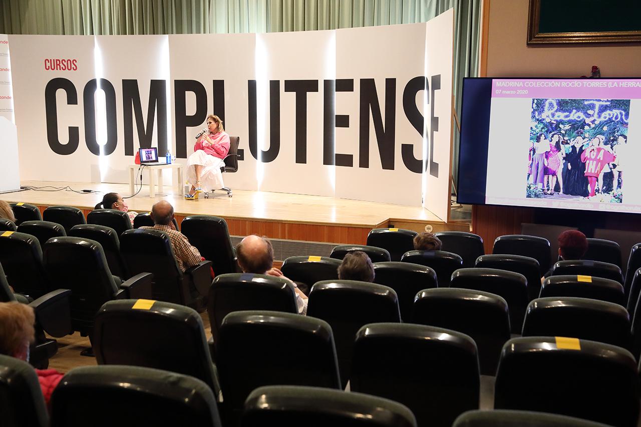 El aula magna del RCU María Cristina ha acogido la conferencia de Ágatha Ruiz de la Prada