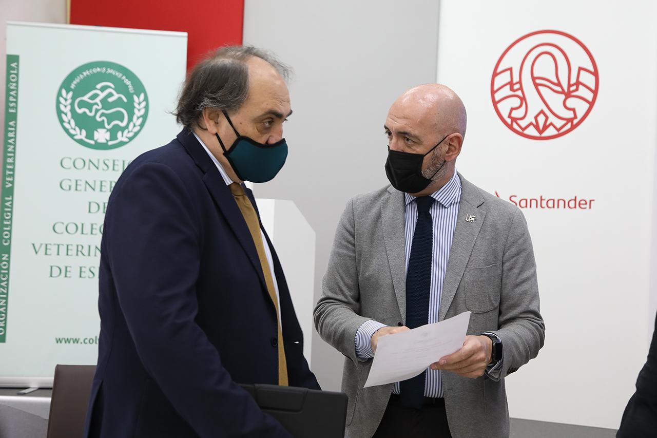 Luis Alberto Calvo, presidente del Colegio de Veterinarios de España, con el rector Goyache, en la inauguración del curso