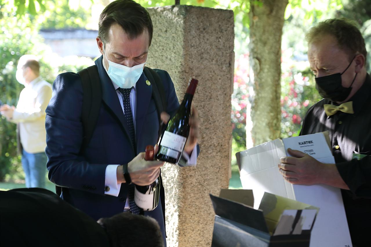 Álex Pardo, asesor en restauración y hostelero, explicó las cualidades de los vinos ofrecidos en la cata