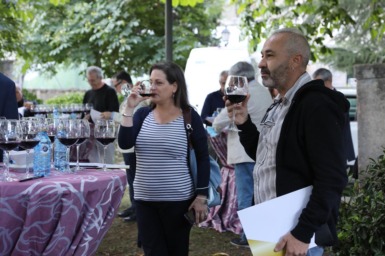 Los asistentes disfrutaron de la cata de vinos