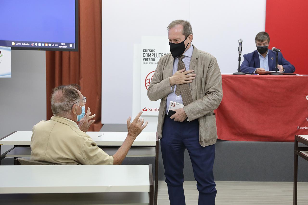 Dámaso López dialoga con un asistente al curso