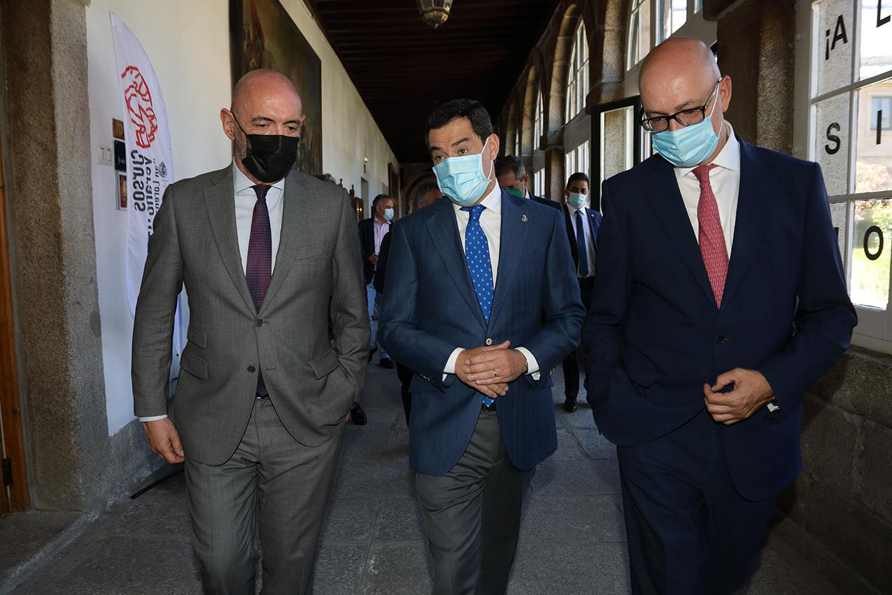 El presidente andaluz flanqueado por el el rector Goyache y el presidente del Consejo Social, Jesús Nuño de la Rosa