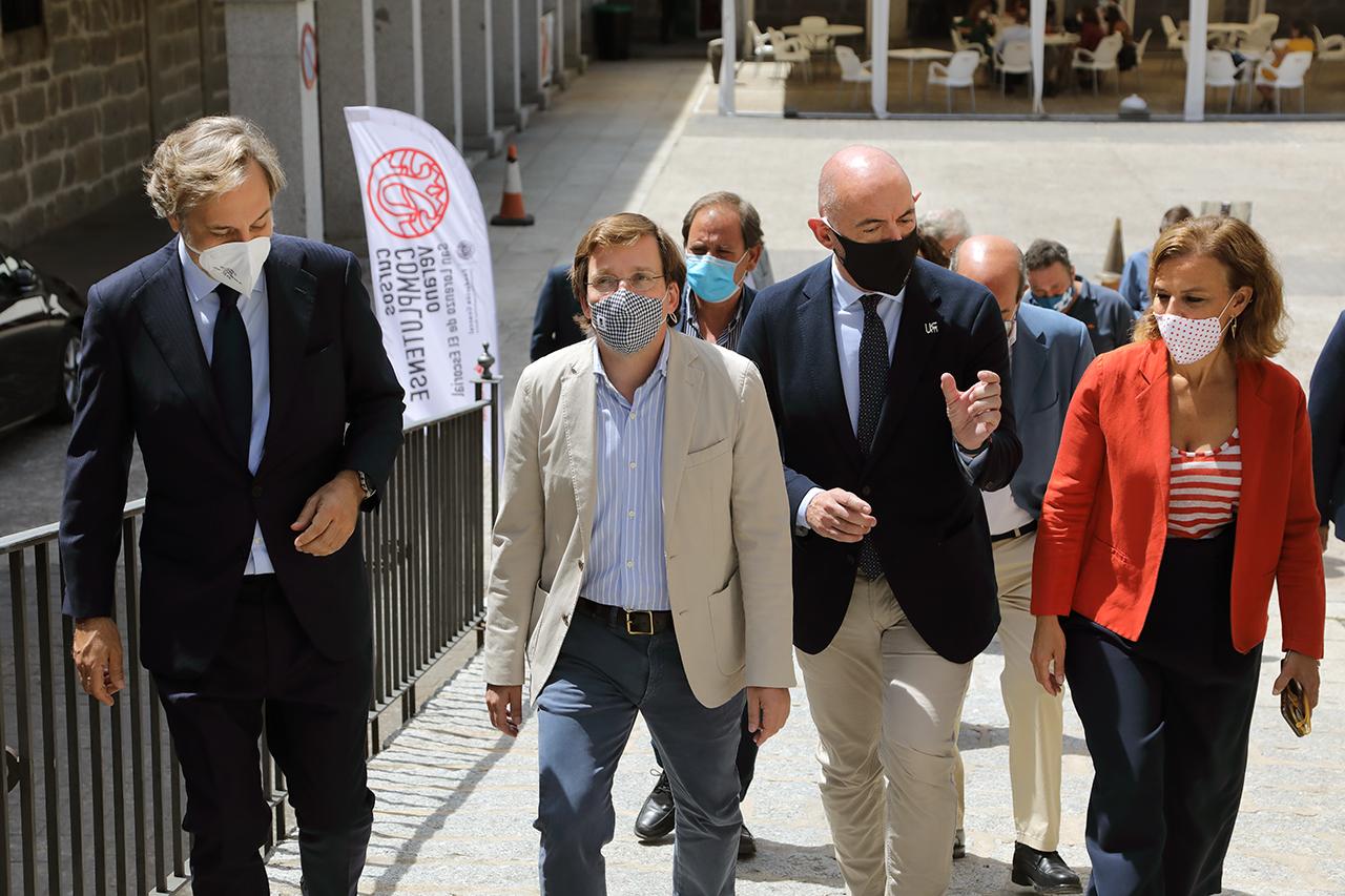 El alcalde de Madrid, camino del aula donde se celebraba el curso
