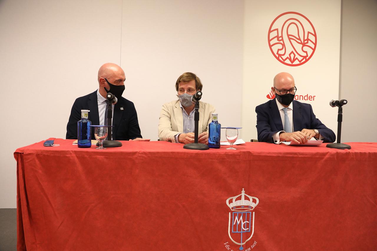 El alcalde compartió mesa con el rector y el presidente del Consejo Social