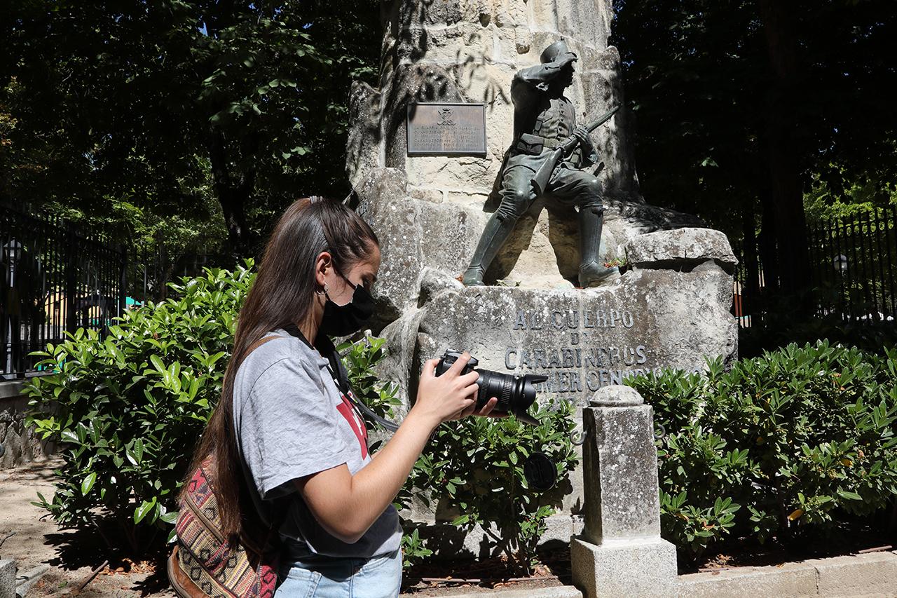 Una estudiante del taller de Miguel Trillo busca la inspiración por las calles de San Lorenzo de El Escorial