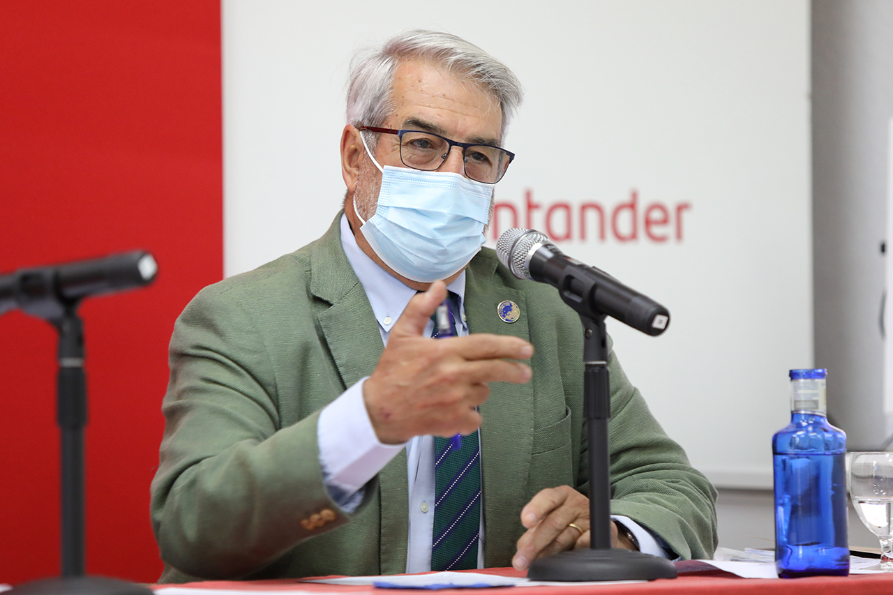 Raúl Ortiz de Lejarazu, director del curso sobre vacunas y vacunación en tiempos de la Covid-19