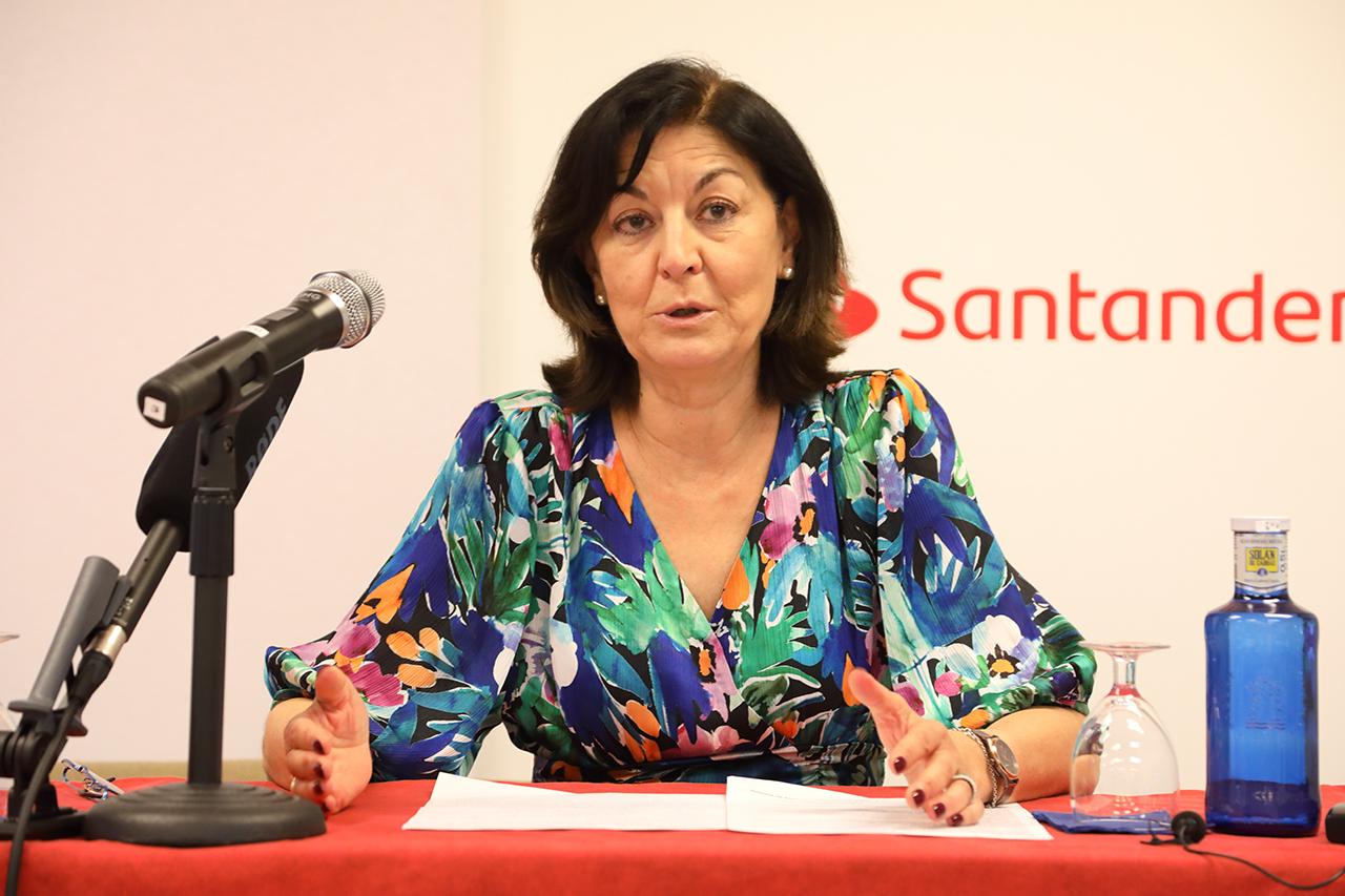 La secretaria general de la UCM, Araceli Manjón-Cabeza, inauguró el curso sobre memoria democrática