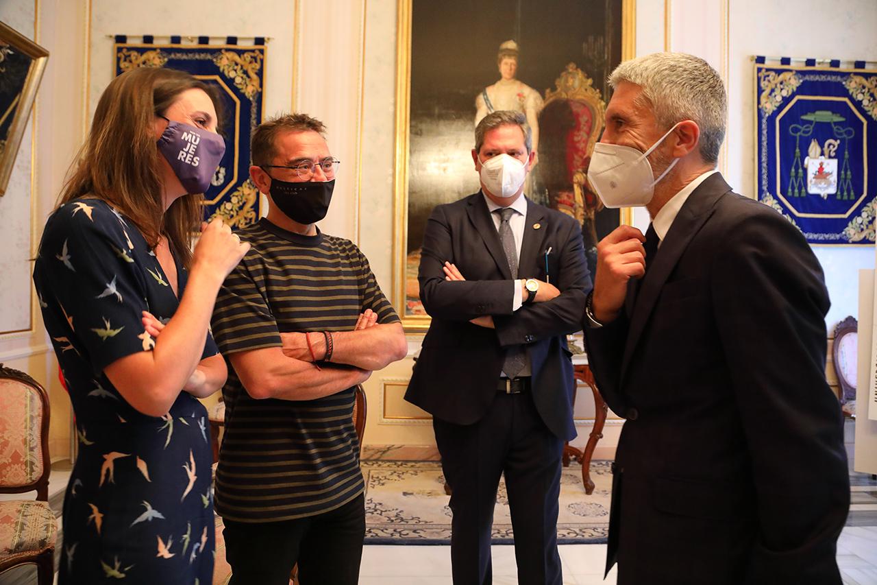 Los ministros Irene Montero y Fernando Grande-Marlaska, junto a Juan Carlos Monedero y el director de los Cursos, Miguel Ángel Casermeiro