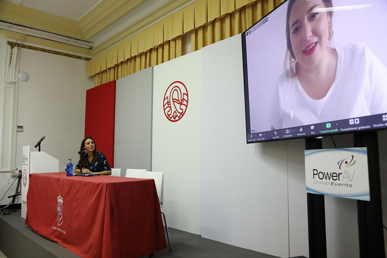 La ministra Irene Montero y, en la pantalla, Ángela Rodríguez Pam, asesora del ministerio de Igualdad