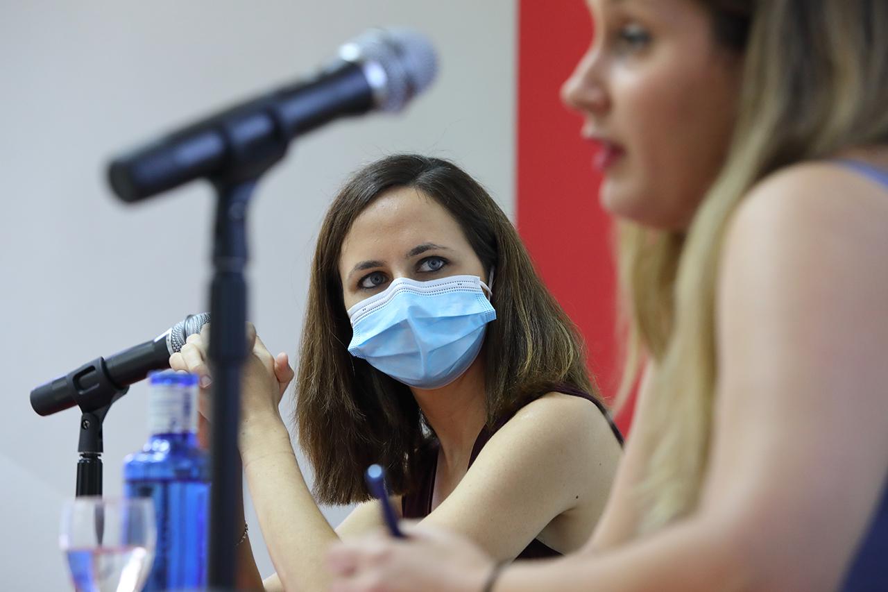 Belarra escucha a Alejandra Jacinto, portavoz de Unidas Podemos en la Asamblea de Madrid