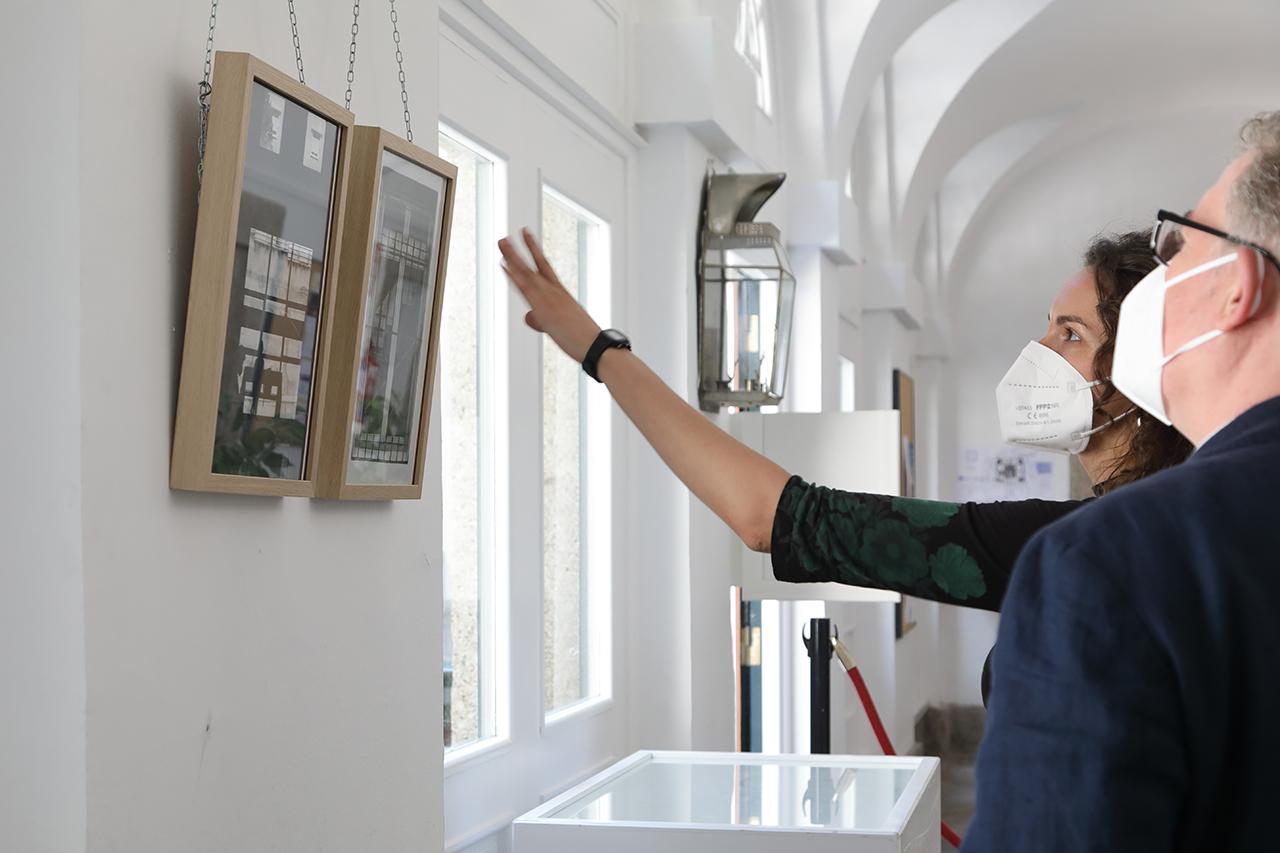 """Sara Torres y Andrés Arias, en la inauguración de la exposición """"Laboratorio de Migraciones: Memoria y olvido en tres estampas"""""""