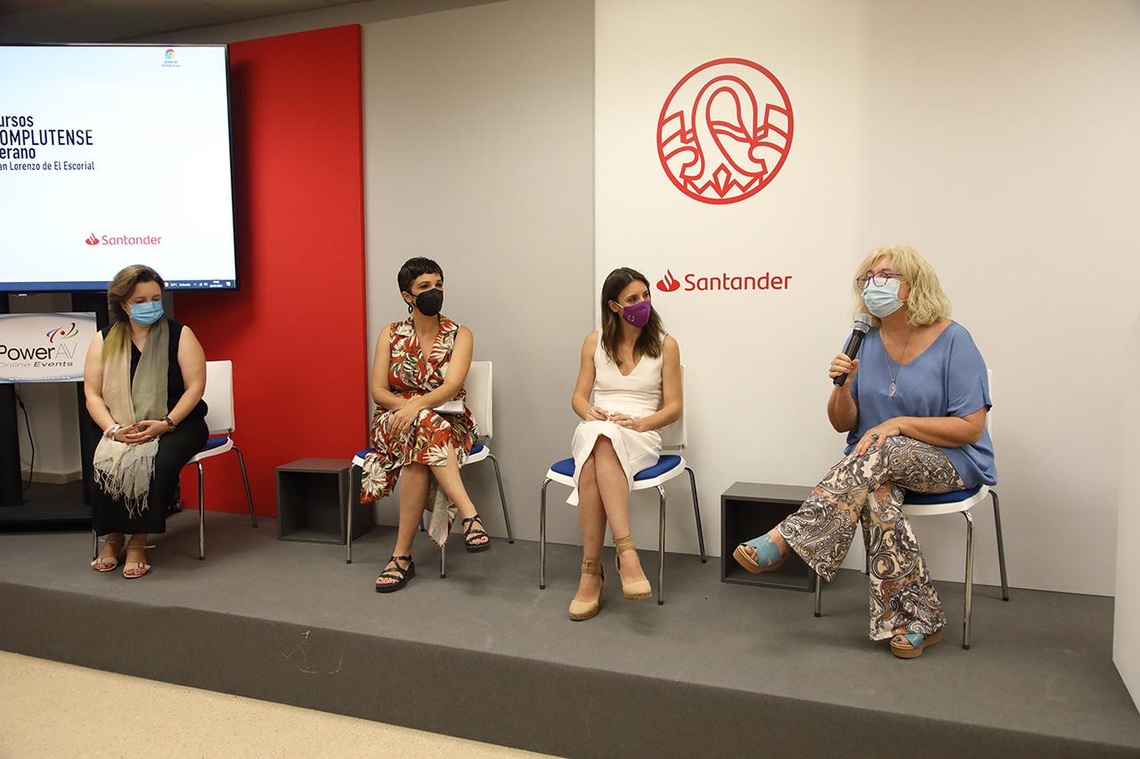 La profesora Isabel Tajahuerce presenta a la ministra en presencia de Magdalena Suárez y Antonia Morillas