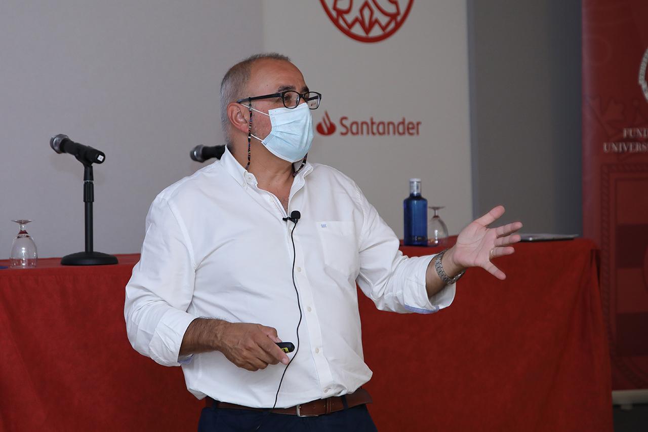 """Ignacio López Goñi, catedrático de Microbiología y codirector del curso """"Investigación científica en torno a la COVID-19"""""""