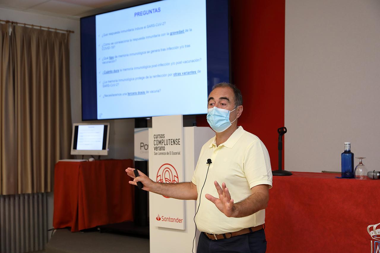 """Marcos López Hoyos, presidente de la Sociedad Española de Inmunología, ha participado en el curso """"Investigación científica en torno a la COVID-19"""""""