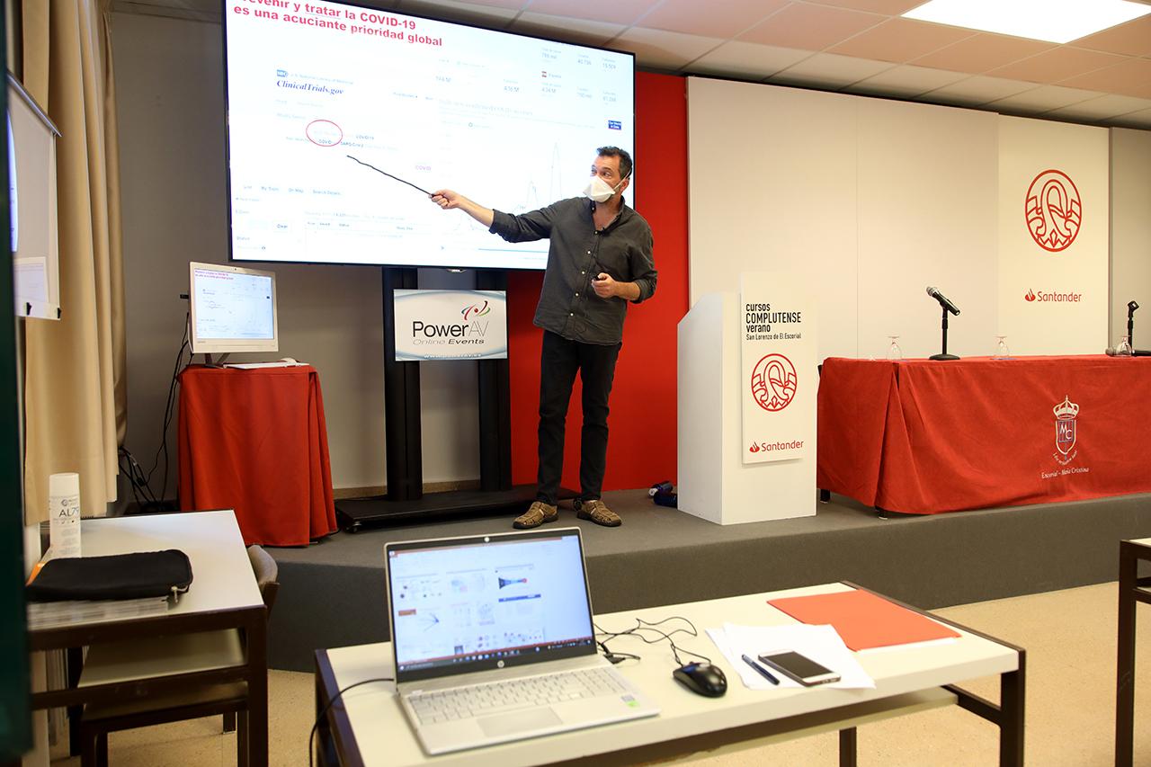 Víctor Jiménez Cid, durante su charla sobre los tratamientos contra la COVID-19