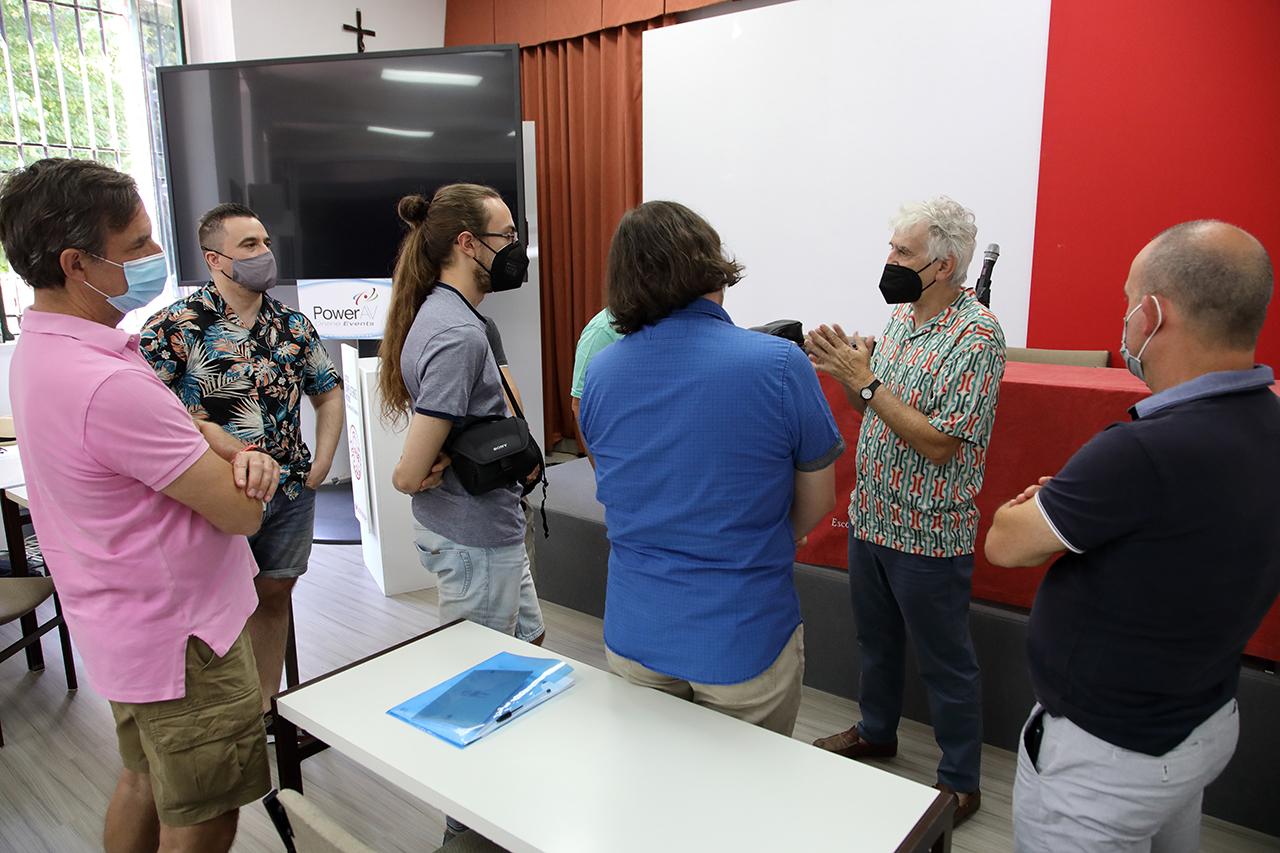 Juan Luis Arsuaga charla con estudiantes del curso en uno de los descansos