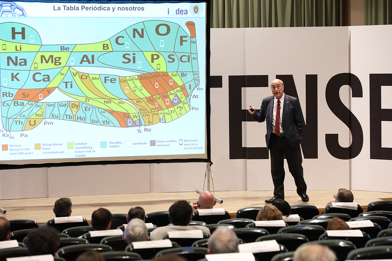 El químico Nazario Martín León, durante la conferencia de clausura de los Cursos de Verano