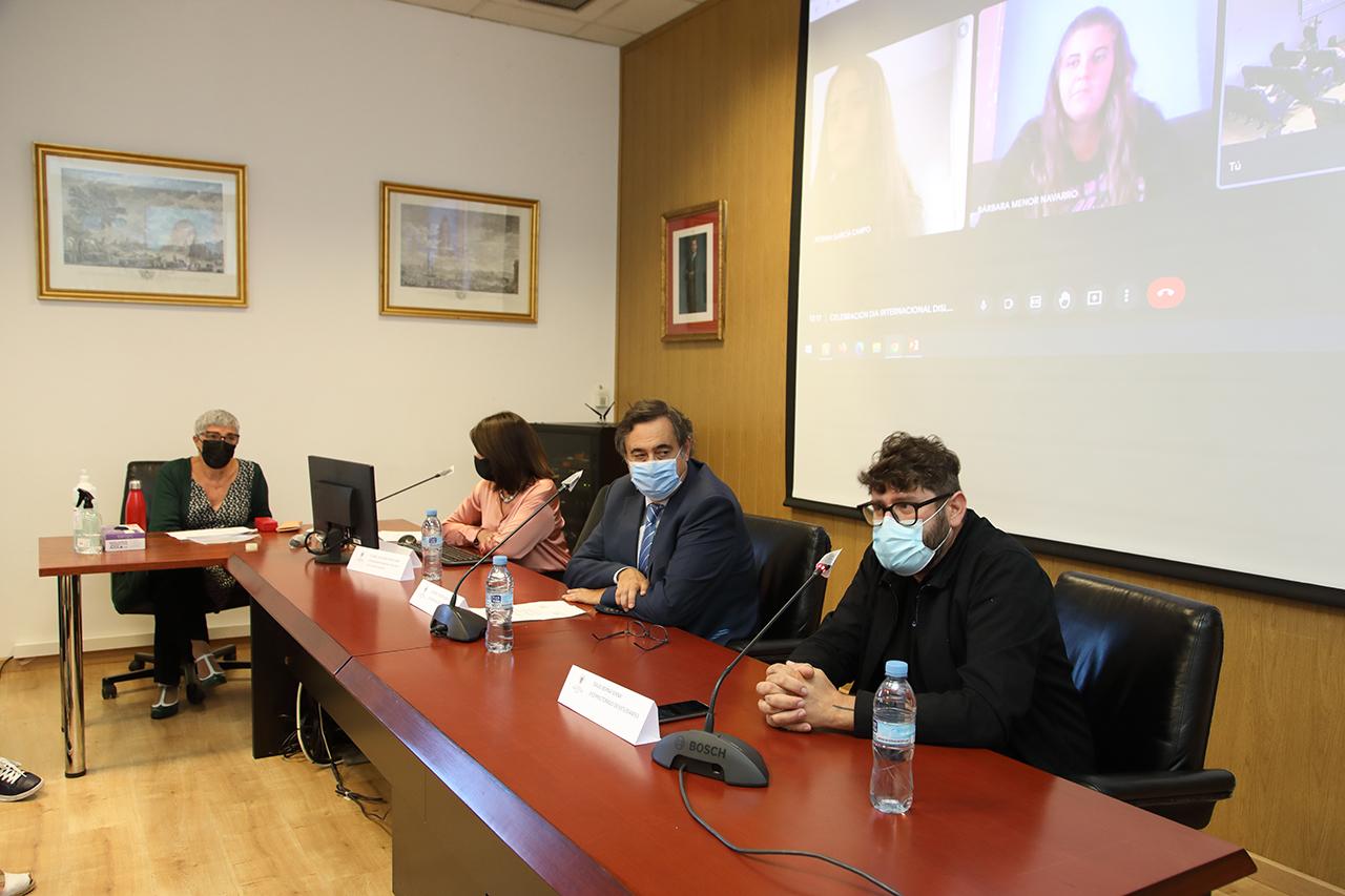 Hilaria Carmona, de la OIPD (en el lateral) y Aitana Garía y Bárbara Menor (en la pantalla), durante la sesión inaugural