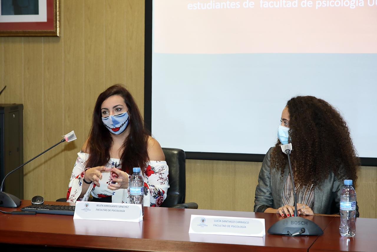 Las estudiantes de Psicología Belén Arrogante y Lucía Santiago