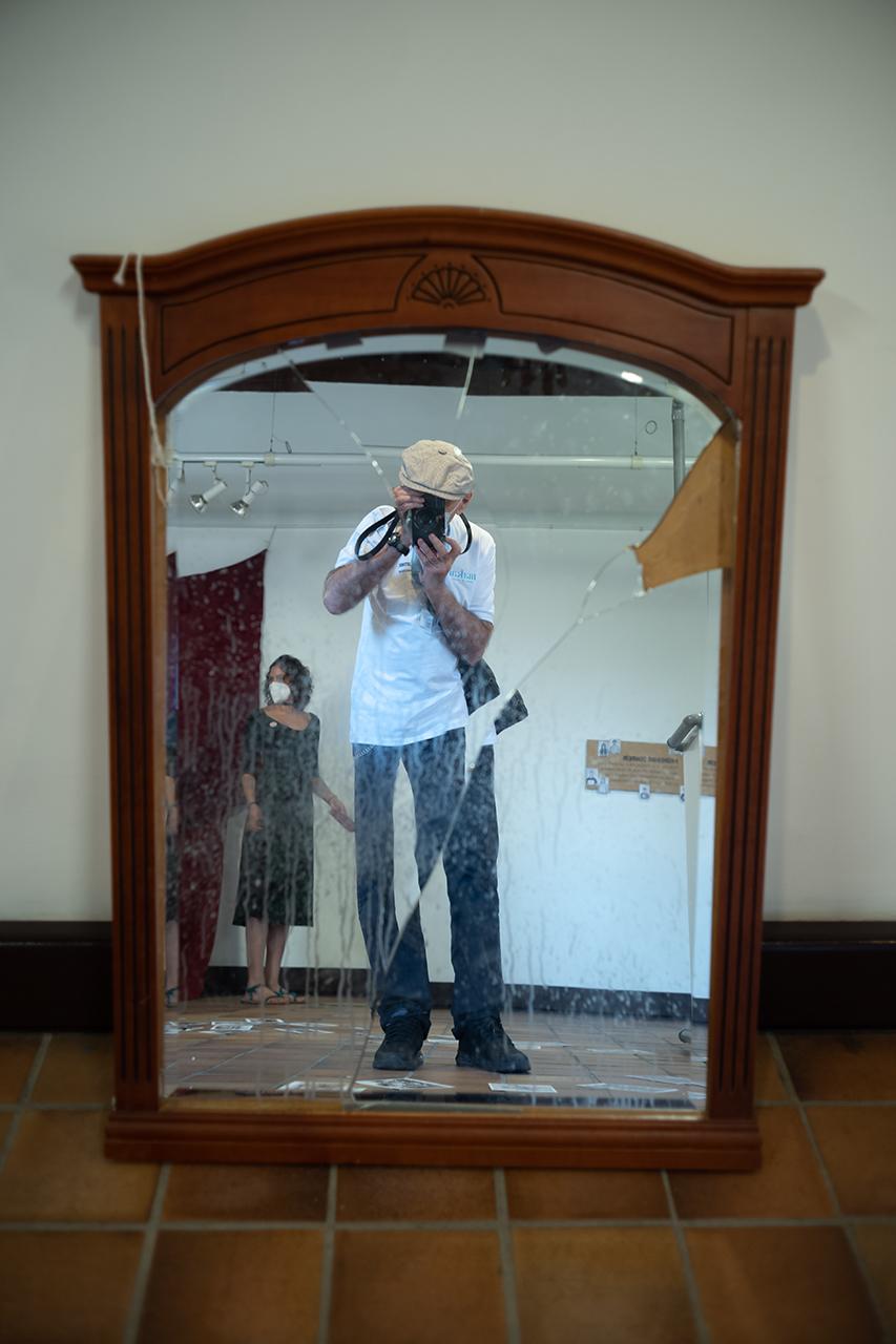 Un espejo roto, otra de las piezas evocadoras del Laboratorio de Migraciones