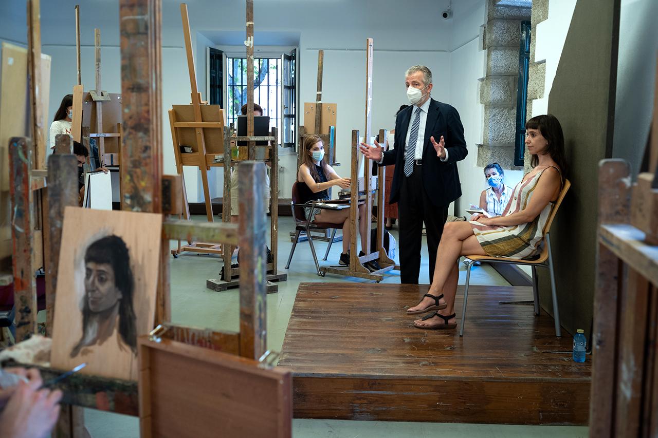 Jornada de trabajo, con la modelo Amparo de Gata, en el taller de retrato de Hernán Cortés