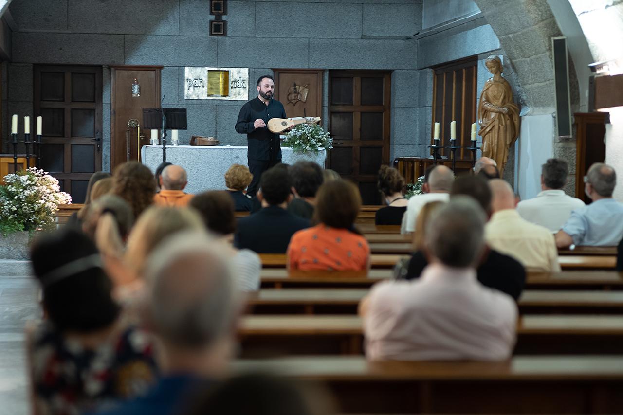 La charla-concierto de música medieval se celebró en la capilla de RC María Cristina