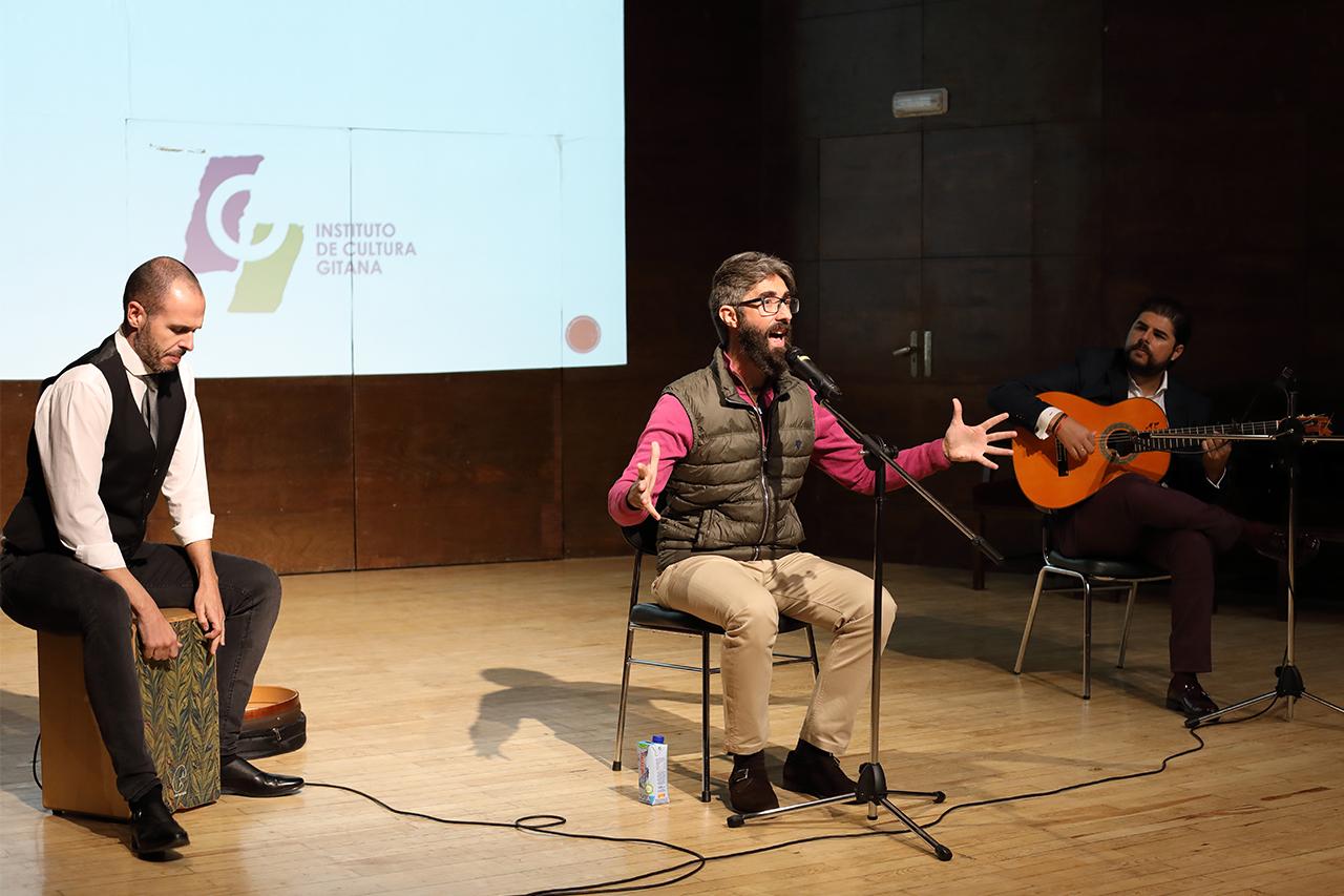 El espectáculo ha contado con la propia voz de Pedro Garrido, conocido como El Niño de la Fragua, acompañado por Manuel Valencia, a la guitarra, y Carlos Merino, a la percusión