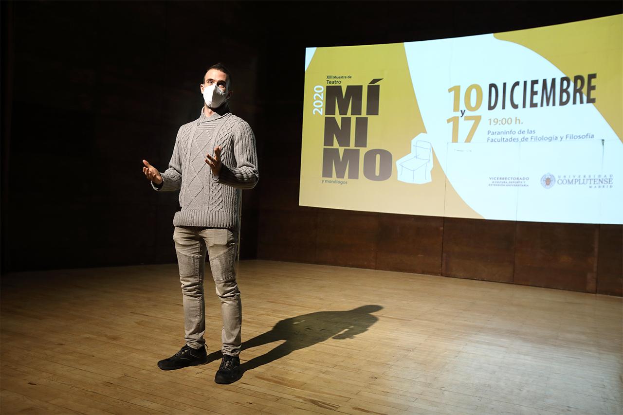 El presentador de la gala, durante la breve introducción a este primer acto de la XIII Muestra de Teatro Mínimo y Monólogos