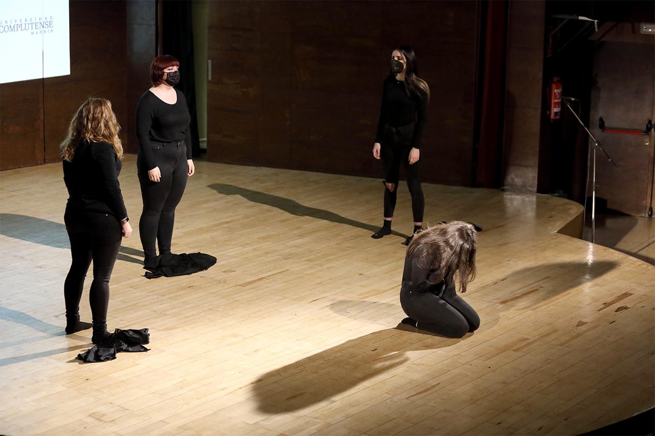 Las cuatro actrices de Teatro por necesidad, durante su interpretación