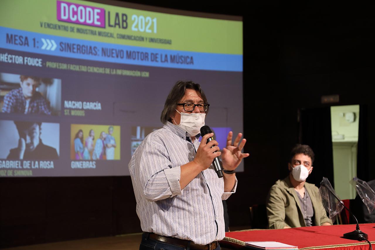 Héctor Fource, profesor del Departamento de Periodismo y Nuevos Medios de la Facultad de Ciencias de la Información, presentando la 1ª mesa redonda