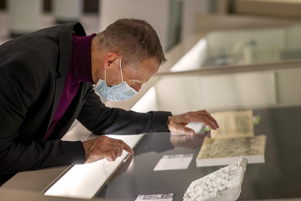 El profesor Luis Mayo observa alguna de las obras de la muestra