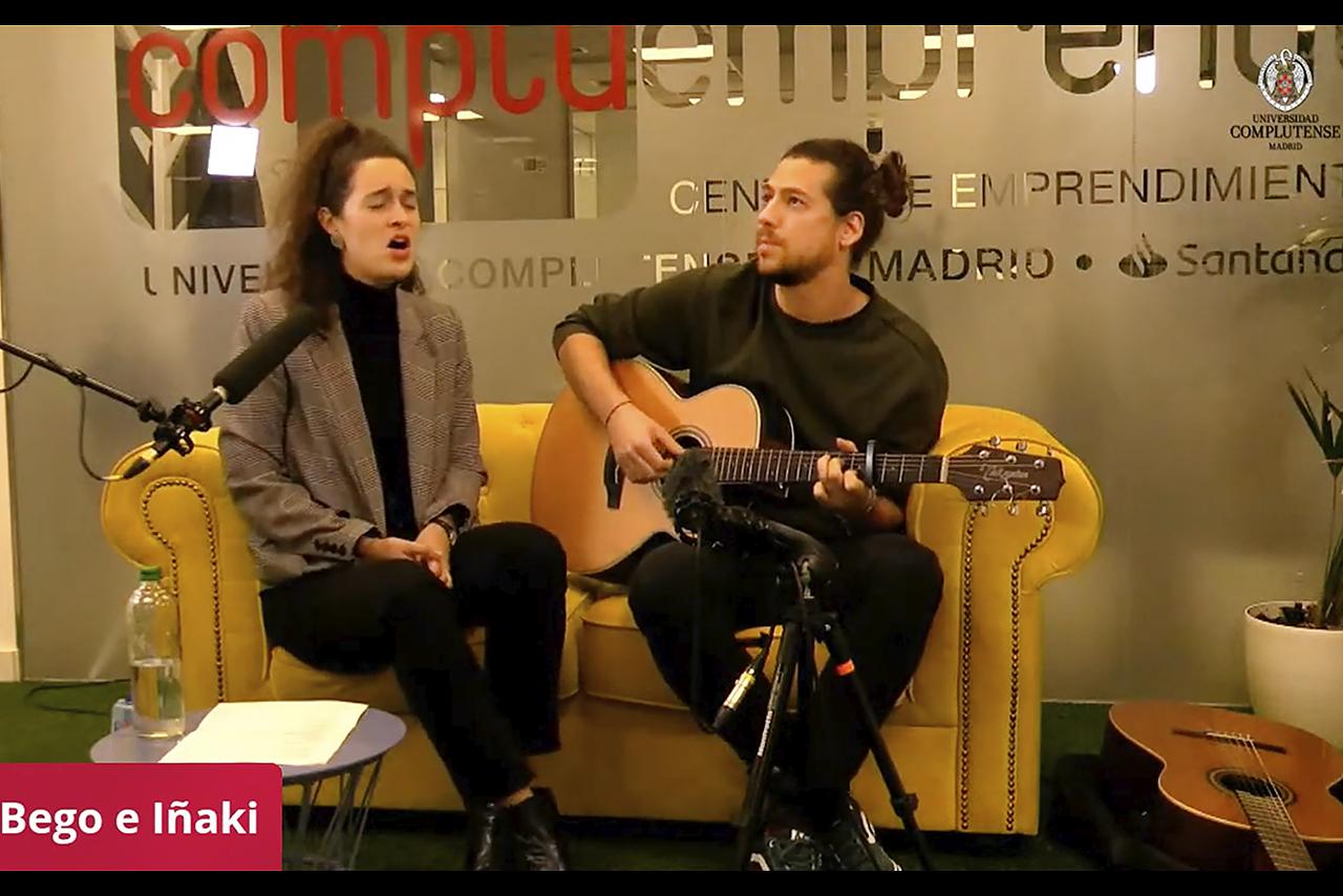 Bego e Iñaki ofrecieron un espacio músical en el intermedio del hackathon