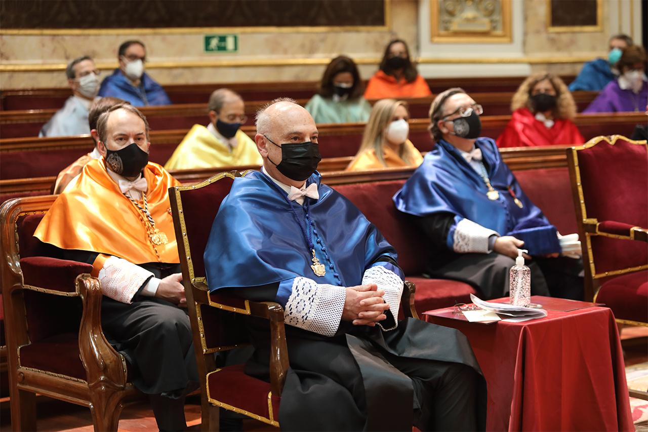 En primera fila, Francis Mojica, nuevo doctor honoris causa por la Universidad Complutense