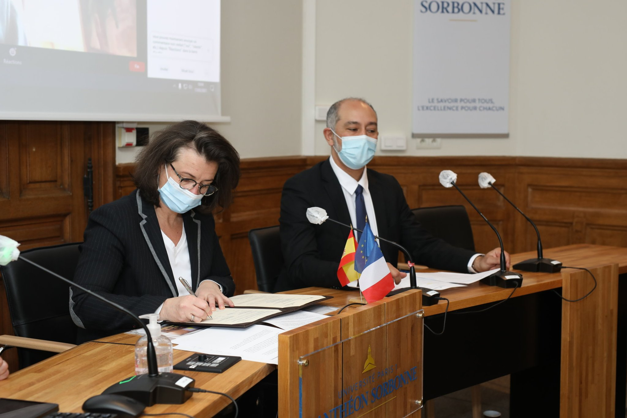 La presidenta Christine Neau-Leduc, en el momento de la firma / Fotografía facilitada por la Universidad Paris I Panthéon-Sorbonne