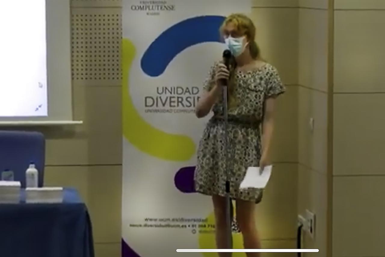 """Paula Parra, becaria de alta cualificación en la Oficina de Diversidad Sexual e Identidad de Género, ejerció de """"maestra de ceremonias"""""""