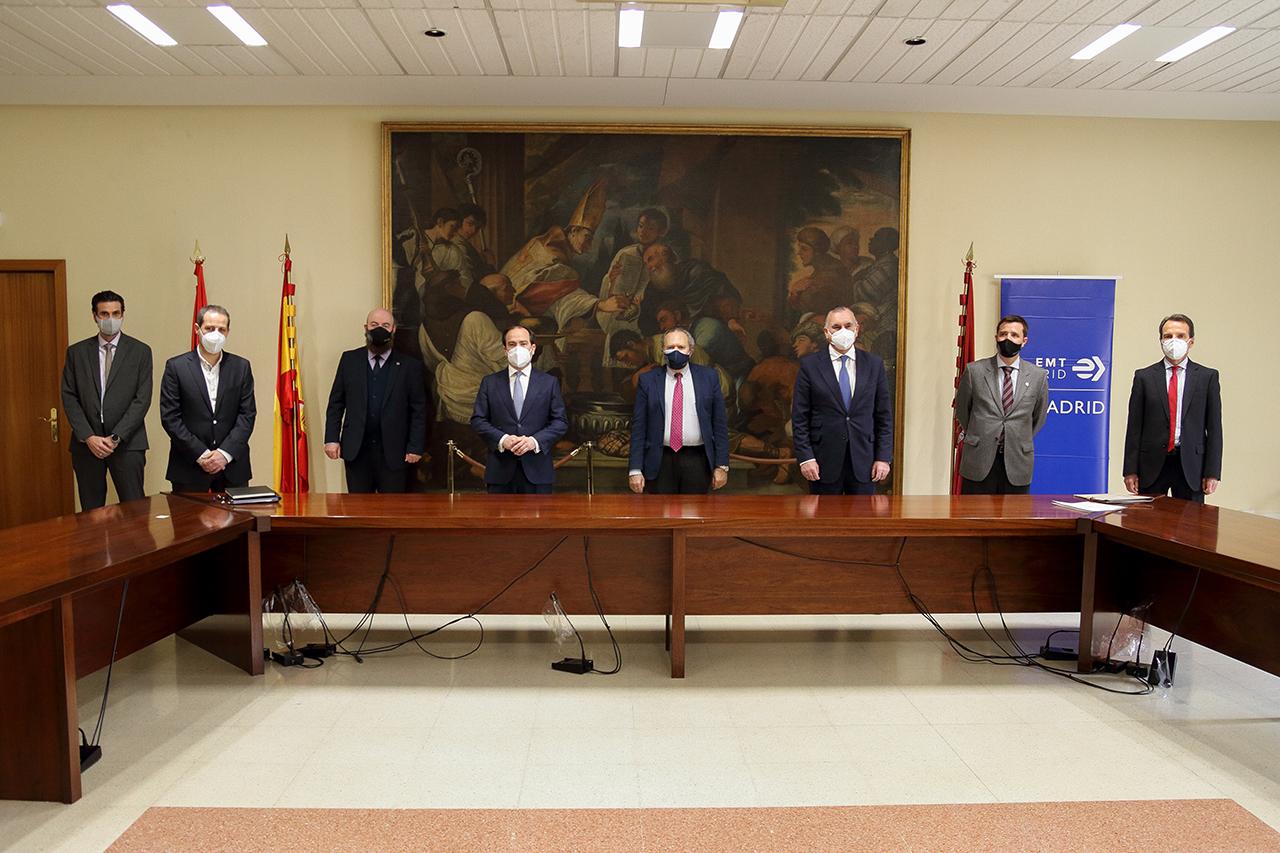Representantes de la Universidad Complutense y de la EMT tras la presentación de la cátedra